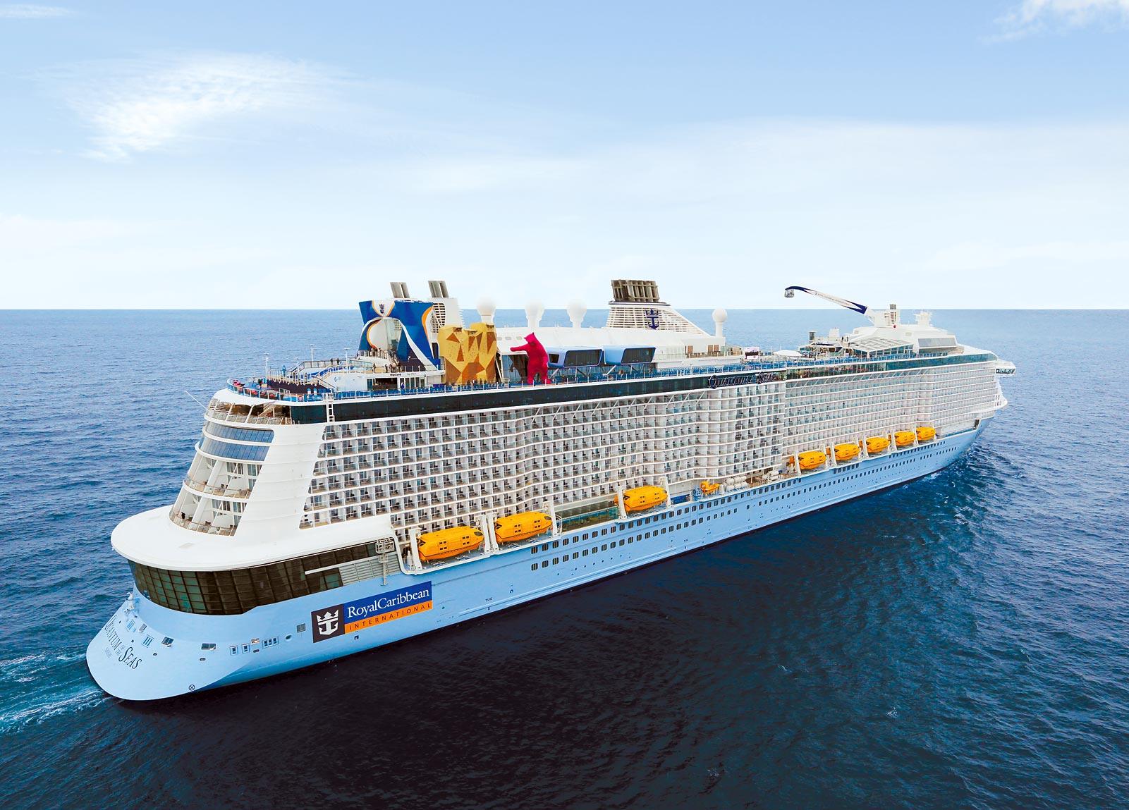 Turistas graban momento en que su crucero es golpeado por las olas de una tormenta